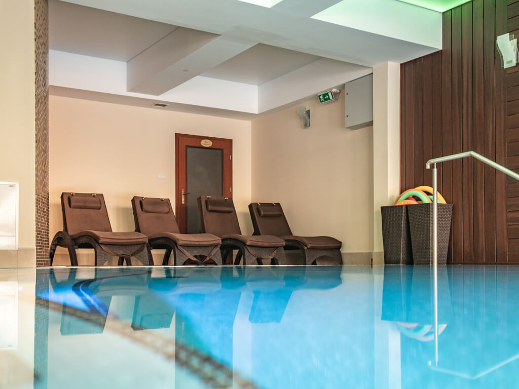 leżaki na basenie