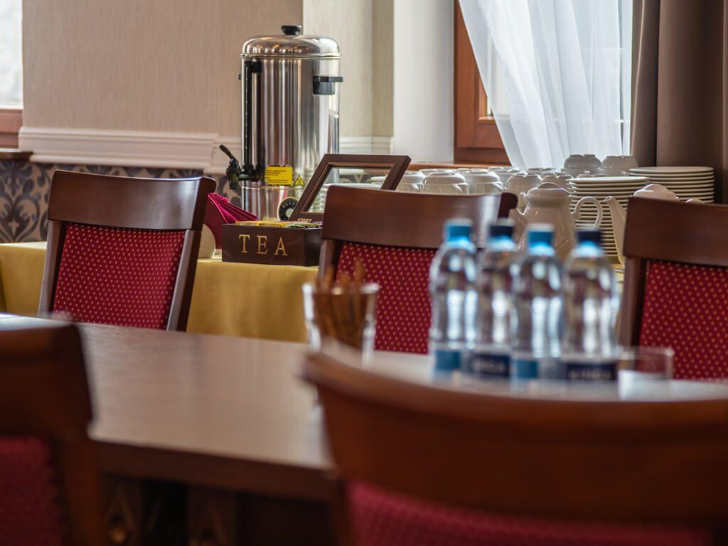 napoje w hotelowej sali konferencyjnej